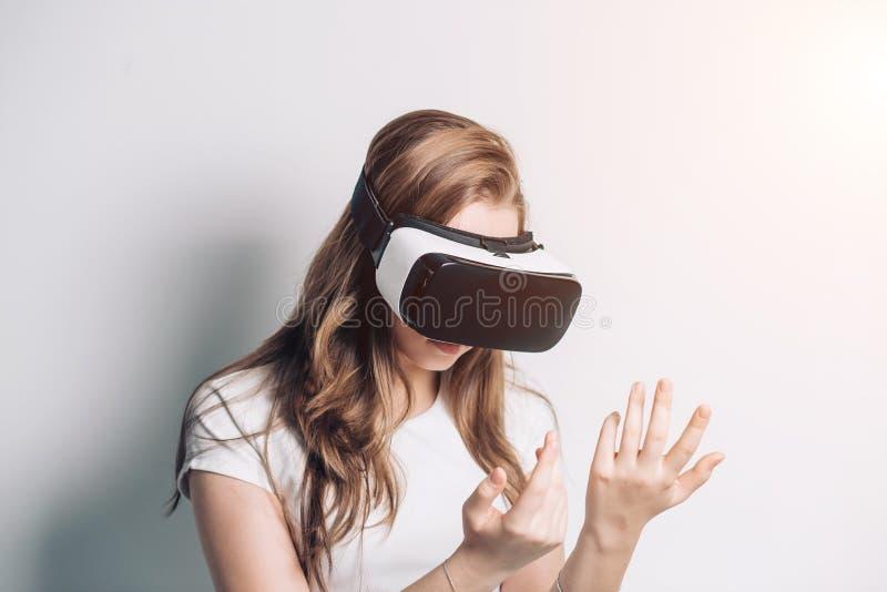 Nieuwsgierige verbaasde vrouw die vergrote werkelijkheidsglazen, voelen proberen opgewekt over VR-hoofdtelefoonsimulatie, royalty-vrije stock afbeelding