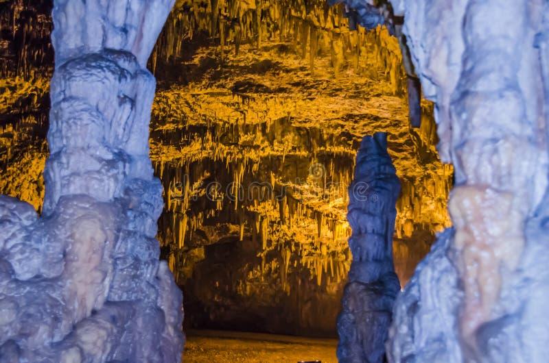 Nieuwsgierige vormen van stalactieten en stalagmieten in het hol van Drog royalty-vrije stock fotografie