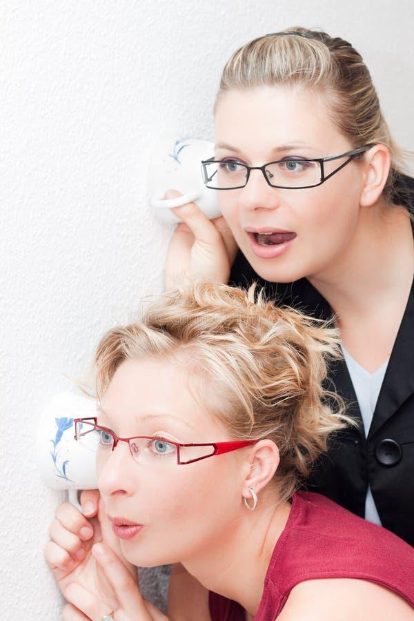 Nieuwsgierige vrouwen stock afbeelding