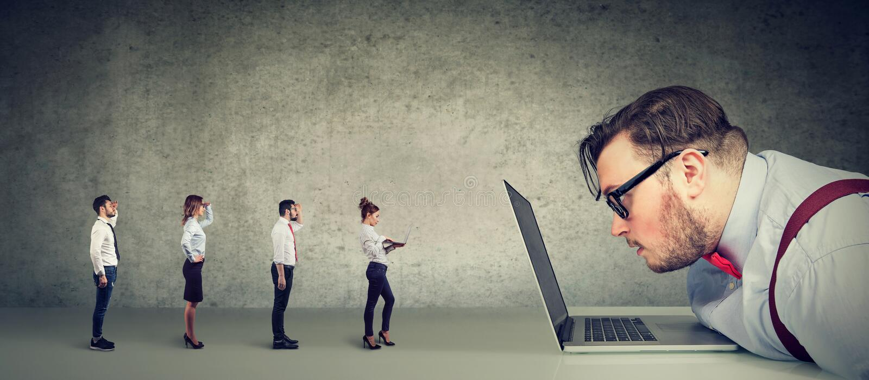 Nieuwsgierige zakenman die laptop bekijken die groep zakenlui analyseren die online een baan aanvragen royalty-vrije stock afbeeldingen