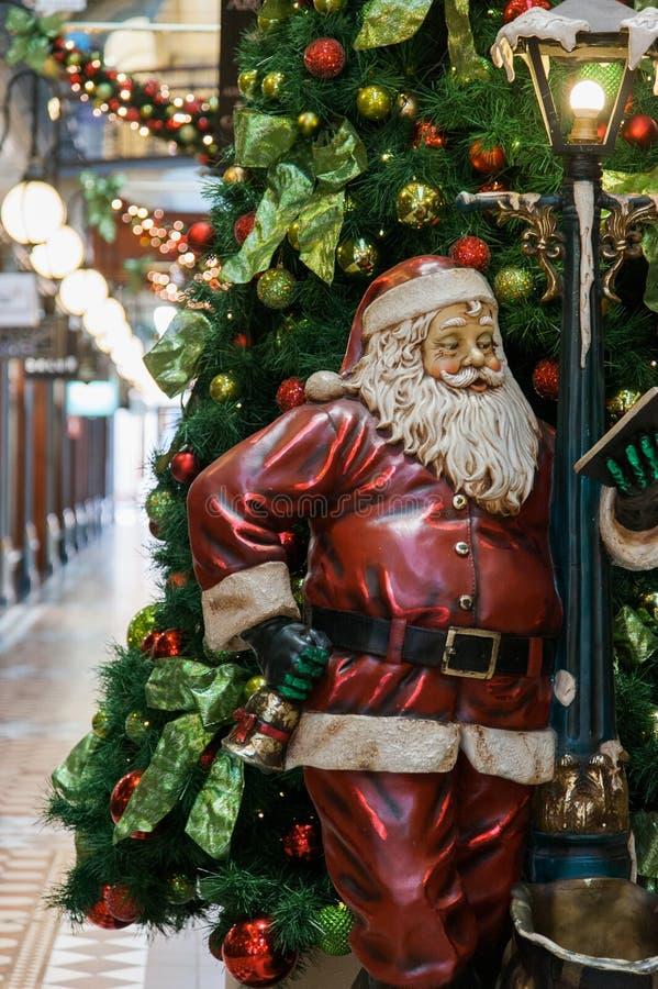 Nieuwsversieringen van kerstbomen in winkels stock afbeeldingen