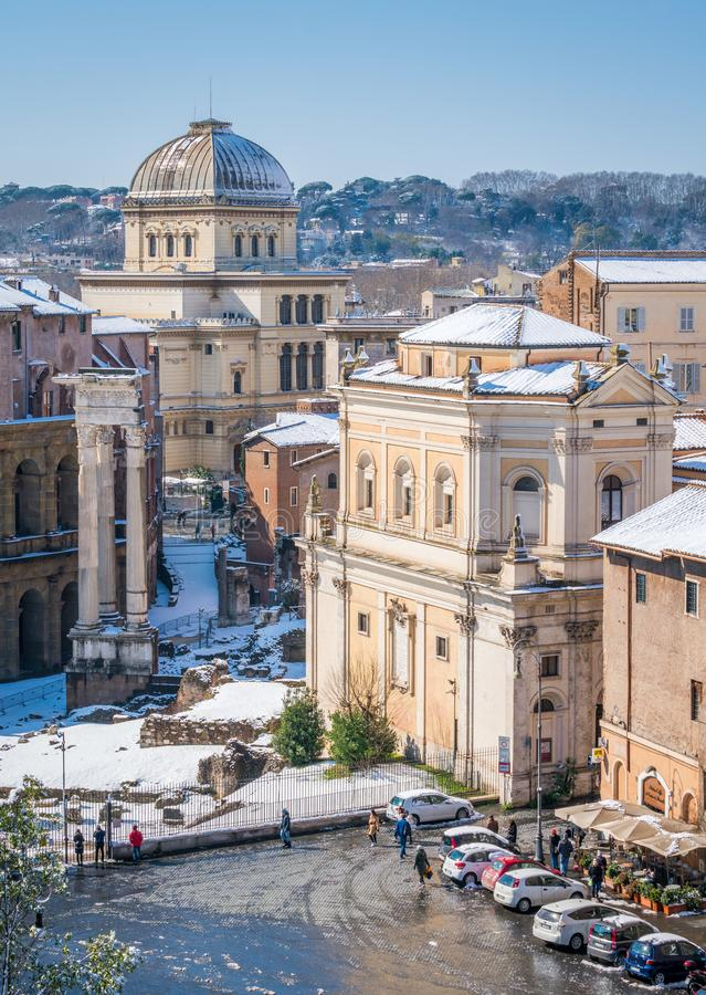 Nieva en Roma en febrero de 2018, la vista panorámica de los tejados cubiertos en nieve de la terraza de Caffarelli en la colina  fotografía de archivo libre de regalías