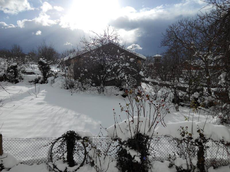 Nieve con la casa imagen de archivo libre de regalías