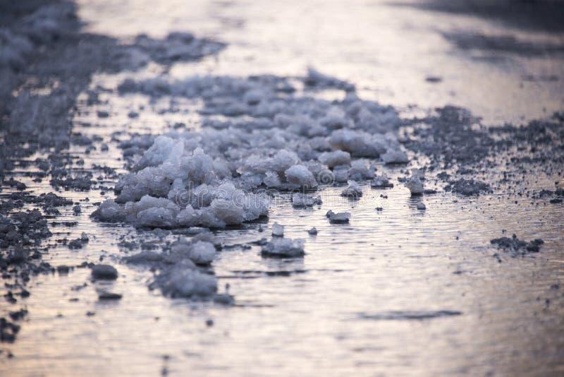 Nieve de fusión en el pavimento fotos de archivo libres de regalías
