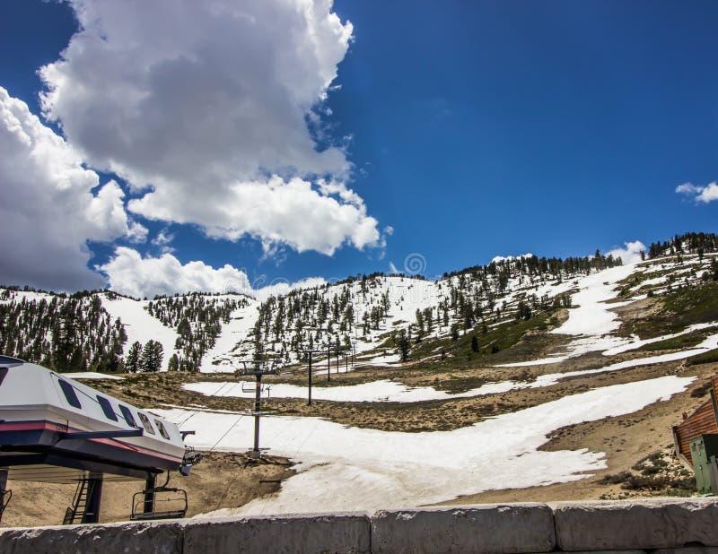 Nieve de fusión en Ski Resort vacío foto de archivo