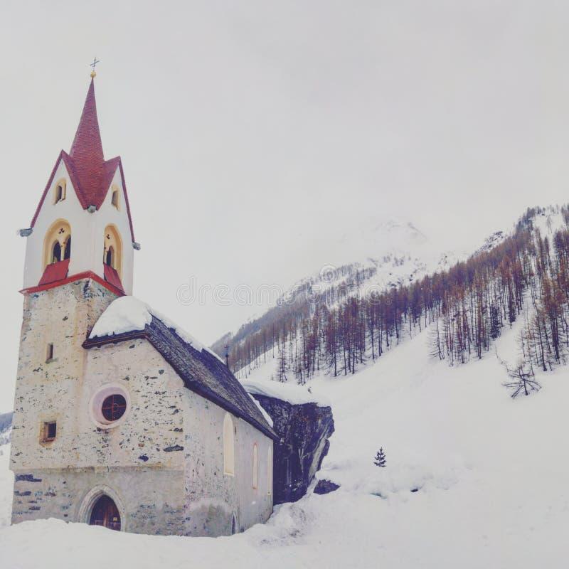 Nieve de la iglesia fotografía de archivo libre de regalías