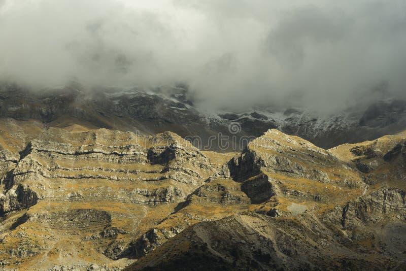 Nieve de la montaña de Tzoumerka primera sobre el pueblo Arta Gree de Kataraktis imágenes de archivo libres de regalías