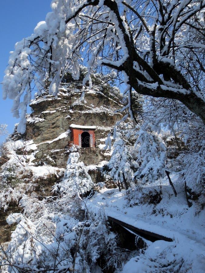 Nieve de la montaña de wudang de China, templo del Taoist de la montaña fotos de archivo