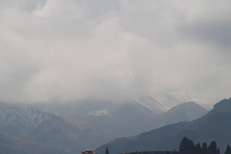 Nieve de la niebla de la montaña fotografía de archivo libre de regalías