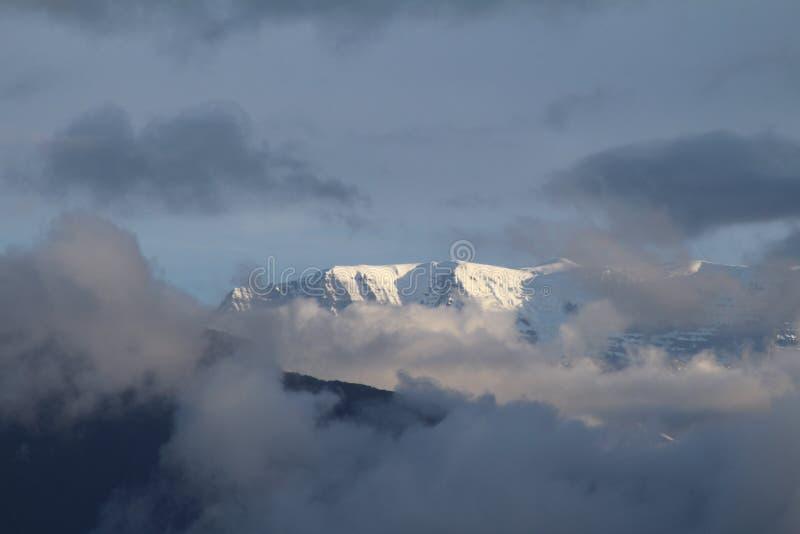 Nieve de la niebla de la montaña imagen de archivo
