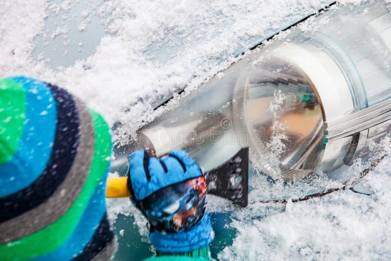 Nieve de limpieza del coche con el cepillo imágenes de archivo libres de regalías