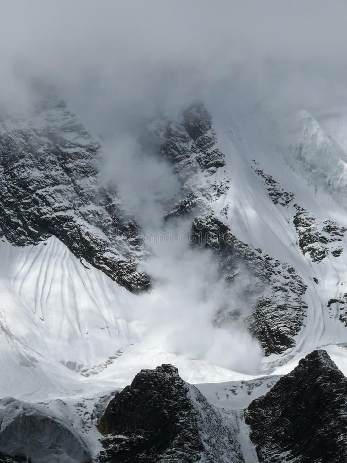 Nieve-diapositiva en el pico de Tilicho, Nepal imágenes de archivo libres de regalías