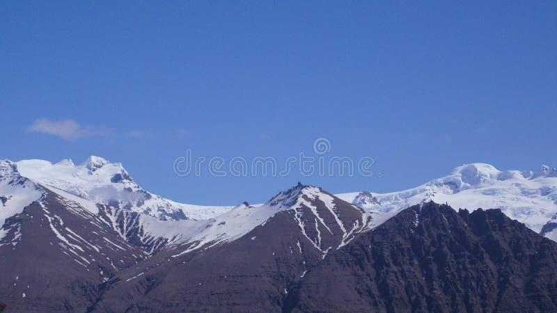 Nieve e hielo de Rocky Mountains Summit Cover With con el cielo azul foto de archivo