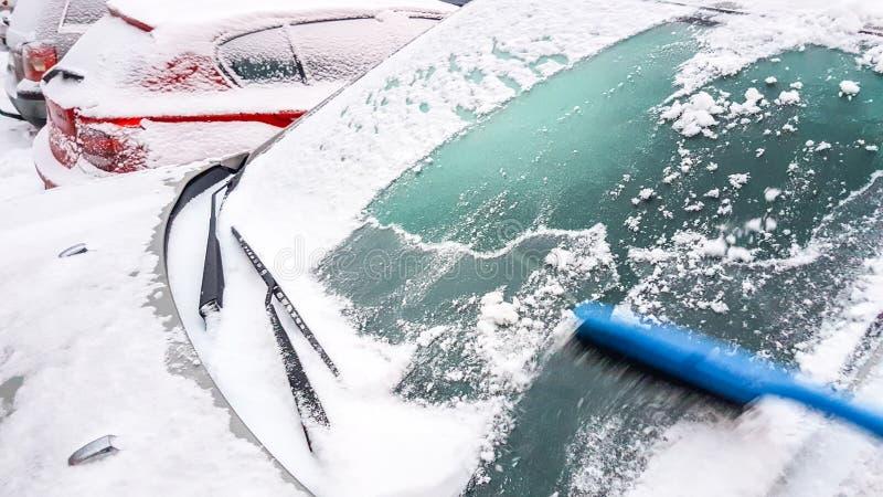 nieve e hielo en la eliminación de la ventanilla del coche imágenes de archivo libres de regalías
