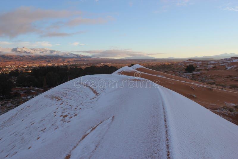 Nieve en el desierto Sáhara foto de archivo