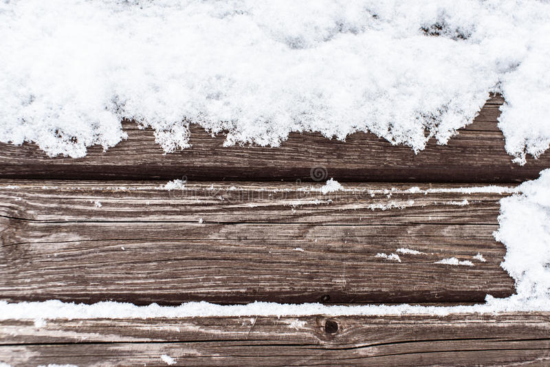 Nieve en el fondo frío de madera foto de archivo