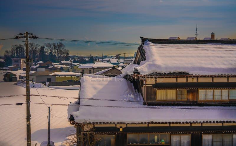 Nieve en el tejado con paisaje hermoso en Japón imagen de archivo