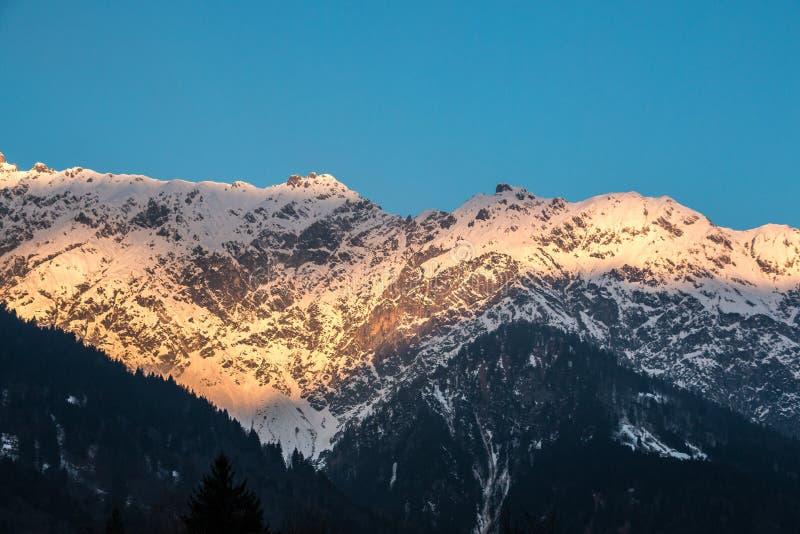 Nieve en el top de las montañas imágenes de archivo libres de regalías