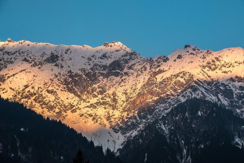 Nieve en el top de las montañas imagen de archivo