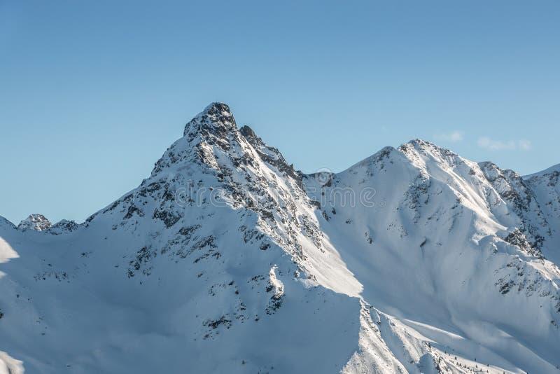 Nieve en el top de las montañas imagenes de archivo