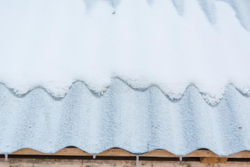 Nieve en la azotea La nieve miente en las tablas del hierro imágenes de archivo libres de regalías