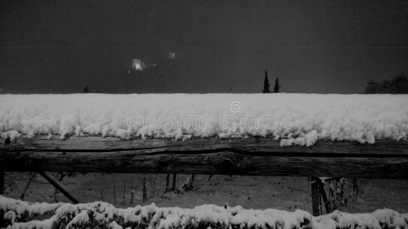 Nieve en la cerca de madera imágenes de archivo libres de regalías
