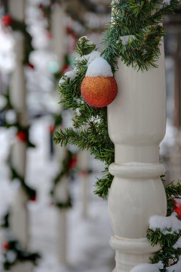 Nieve en los ornamentos fotos de archivo libres de regalías