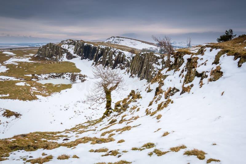 Nieve en los riscos de Walltown debajo de la pared del ` s de Hadrian imagen de archivo