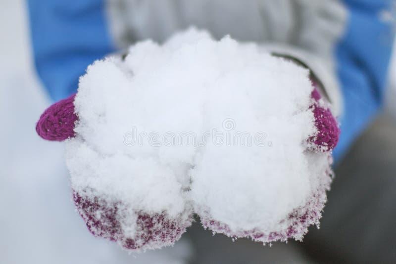 Nieve en manos fotos de archivo