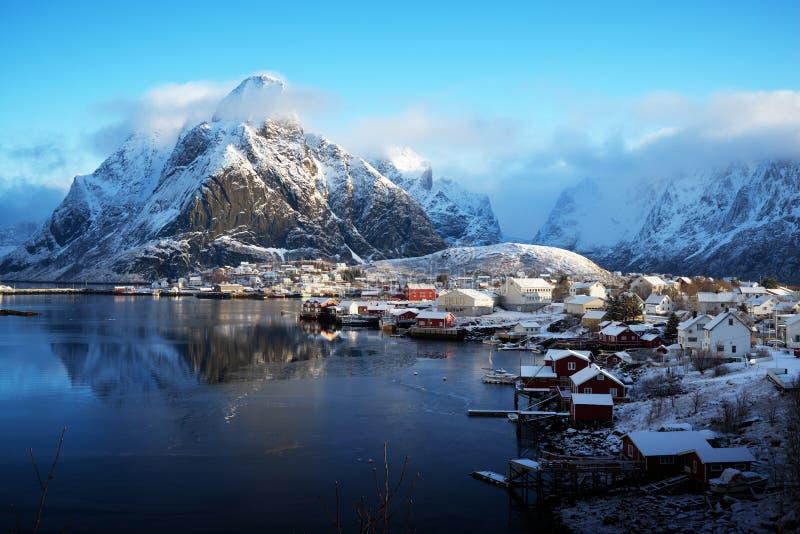 Nieve en Reine Village, islas de Lofoten, Noruega imágenes de archivo libres de regalías