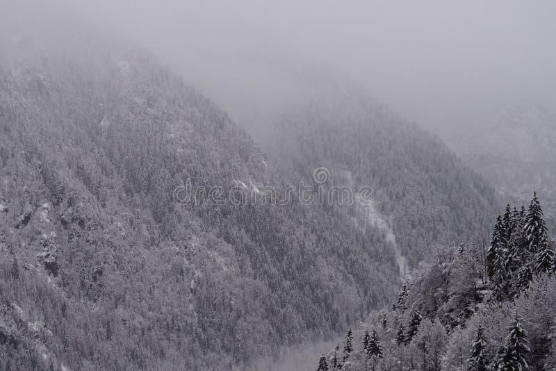 Nieve en todas las montañas imagenes de archivo