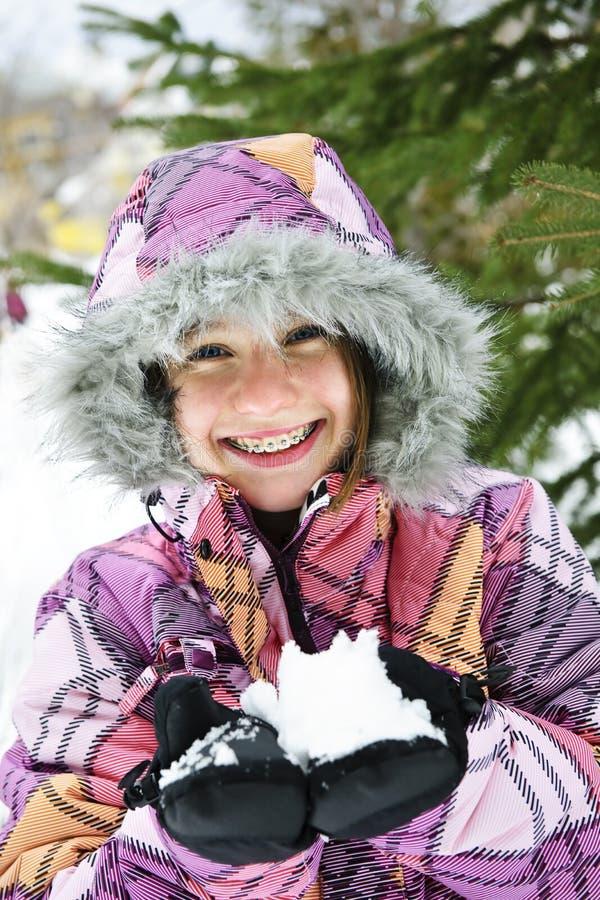 Nieve feliz de la explotación agrícola de la muchacha del invierno imagen de archivo