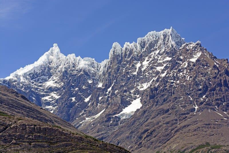 Nieve fresca en picos remotos imágenes de archivo libres de regalías