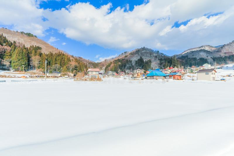 Nieve fresca hermosa en invierno alrededor de las montañas con el fondo del cielo azul, Nagano, Japón fotos de archivo