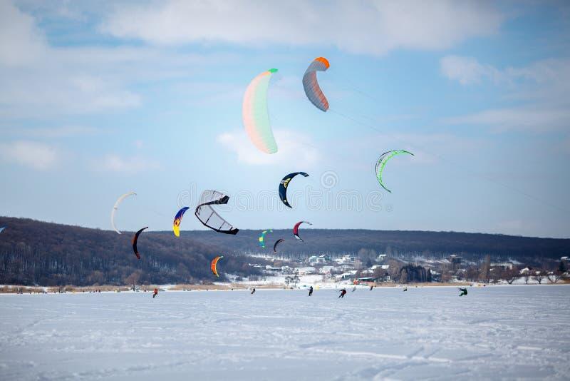 Nieve kiting en una snowboard en un lago congelado fotos de archivo libres de regalías