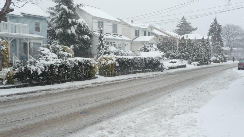 Nieve a lo largo de la calle suburbana imagen de archivo libre de regalías