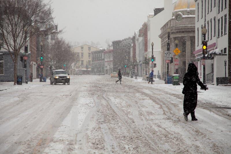 Nieve que conduce lentamente fotografía de archivo libre de regalías
