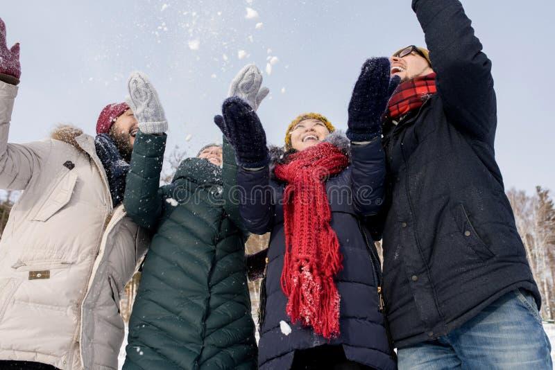 Nieve que lanza de la gente joven imágenes de archivo libres de regalías