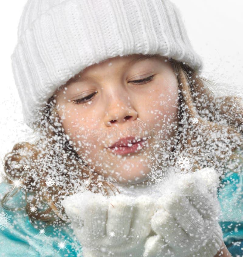 Nieve que sopla de la muchacha imagen de archivo