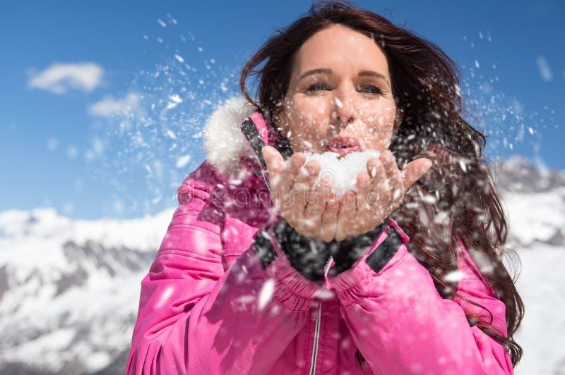 Nieve que sopla de la mujer imágenes de archivo libres de regalías