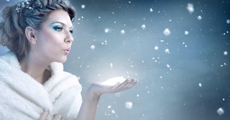 Nieve que sopla de la mujer del invierno - reina de la nieve fotos de archivo