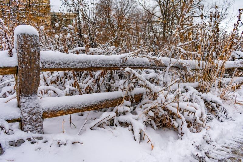 Nieve recientemente caida en una cerca de madera imagen de archivo