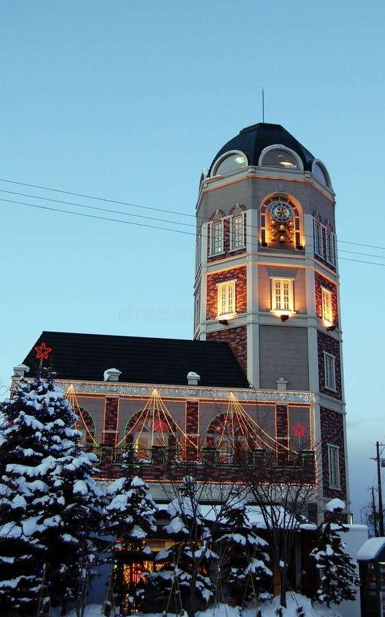 Nieve y edificio imagenes de archivo