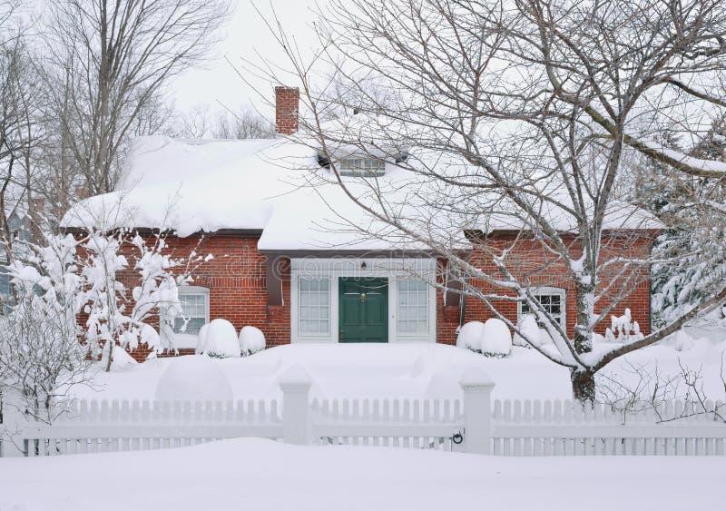 Nieve y ladrillos imagen de archivo