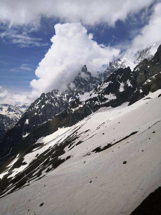 Nieve y montañas imagen de archivo libre de regalías