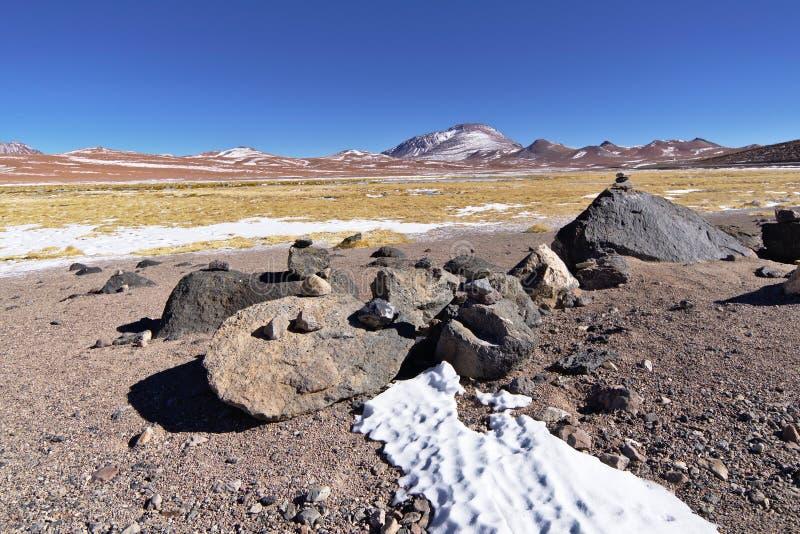 Nieve y rocas en los bancos de un lago salado fotografía de archivo