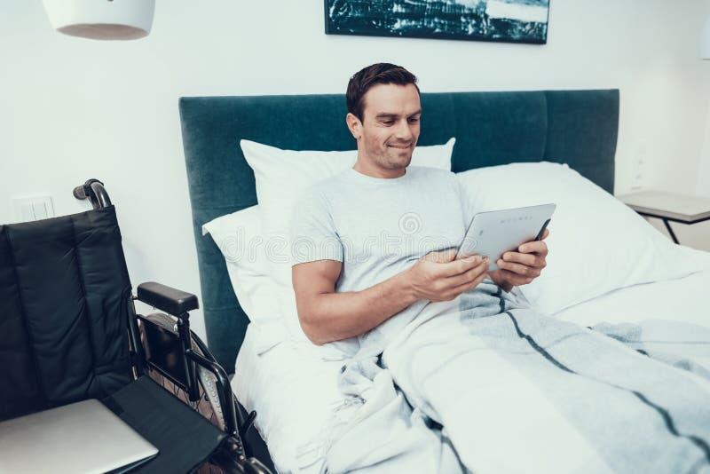 Nieważni kłamstwa w Łóżkowym pobliskim wózku inwalidzkim i Uses ochraniaczu zdjęcie royalty free