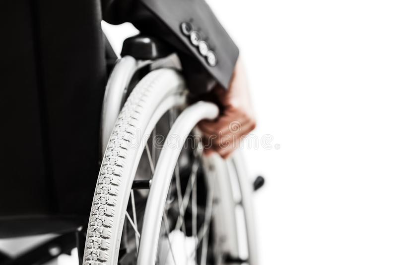 Nieważny lub niepełnosprawny biznesmen w czarnego kostiumu siedzącym wózku inwalidzkim obrazy royalty free