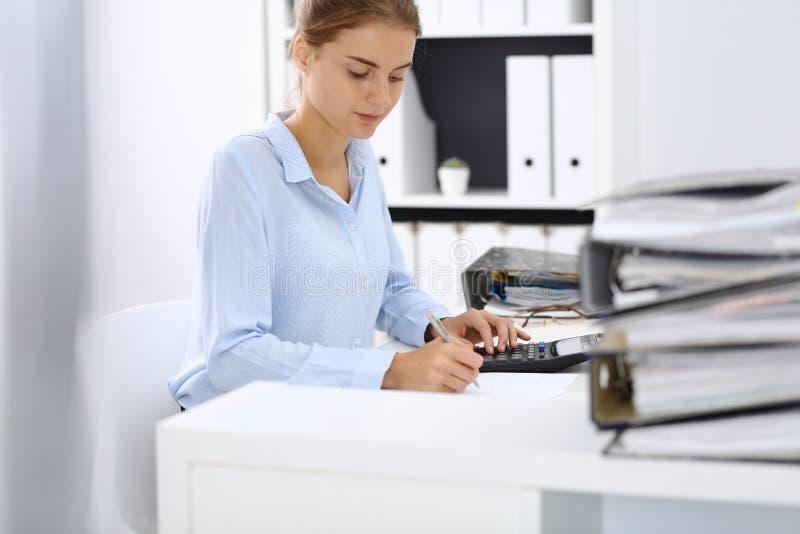 Niewiadoma żeńska księgowa, pieniężny inspektorski cyrklowanie lub sprawdzać równowaga, robi raportowi, zakończenie wewnętrzny fotografia stock
