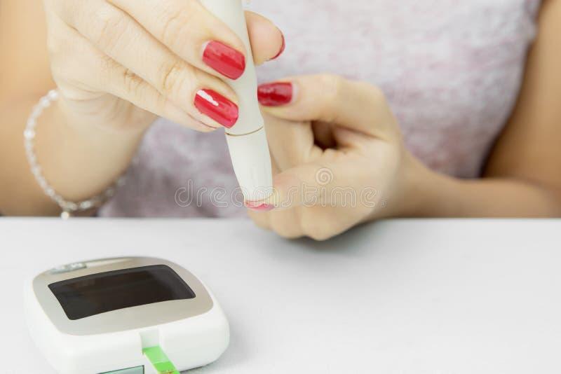 Niewiadoma kobieta kłuje jej palec obrazy stock